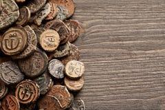 Moedas de cobre bizantinas antigas na tabela de madeira velha Foto de Stock