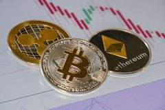 Moedas de Cryptocurrency sobre a troca de velas japonesas gráficas; Bitc fotos de stock