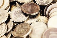 moedas de Dez-rublo do banco do fim de Rússia acima em uma zona dos sharpnes Fotos de Stock Royalty Free
