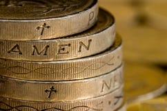 Moedas de libra britânica que soletram Amen imagens de stock
