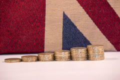 Moedas de libra BRITÂNICAS na união Jack Background foto de stock