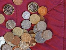 Moedas de libra, Reino Unido sobre o fundo vermelho de veludo Imagem de Stock
