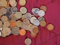 Moedas de libra, Reino Unido sobre o fundo vermelho de veludo Imagem de Stock Royalty Free