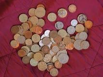 Moedas de libra, Reino Unido sobre o fundo vermelho de veludo Imagens de Stock