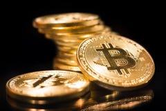 Moedas de ouro de Bitcoin no fundo preto fotos de stock royalty free