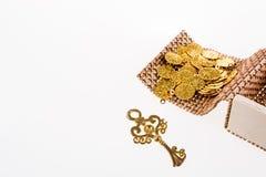 Moedas de ouro chaves e falsificadas em uma caixa da palha Fotografia de Stock