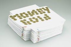 Moedas de ouro colocadas como o ouro do dinheiro na pilha do documento Fotos de Stock