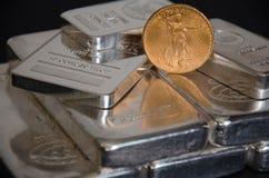 Moedas de ouro de St Gaudens do Estados Unidos nas barras de prata Imagens de Stock