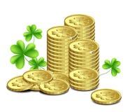 Moedas de ouro e folhas do trevo, a Dinamarca do St. Patrick ilustração stock