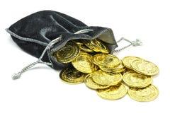 Moedas de ouro em um malote de veludo imagem de stock