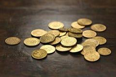 Moedas de ouro europeias da circulação fotografia de stock