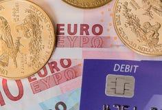 Moedas de ouro no cartão de crédito da microplaqueta e do pino Imagens de Stock