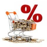 Moedas de ouro no carrinho de compras com sinal da venda no fundo Imagens de Stock