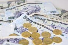 Moedas de ouro polvilhadas em notas dos riyals de Arábia Saudita Imagens de Stock Royalty Free