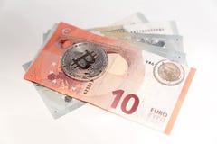 Moedas de prata de Bitcoin com moeda Foto de Stock Royalty Free