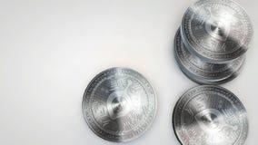 Moedas de prata do siacoin que caem no fundo branco filme