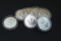 Moedas de prata no fundo preto Fotos de Stock