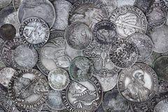 Moedas de prata velhas fotos de stock royalty free