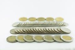 Moedas de Tailândia do baht empilhadas no fundo branco Imagem de Stock Royalty Free