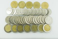 Moedas de Tailândia do baht empilhadas no fundo branco Foto de Stock Royalty Free