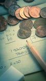Moedas de um centavo e lugar do lápis no papel de sucata Foto de Stock Royalty Free