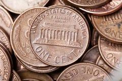 Moedas de um centavo em um frasco fotos de stock royalty free