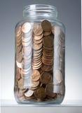 Moedas de um centavo no frasco foto de stock royalty free
