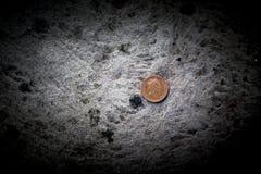 Moedas de um centavo ou moeda de um centavo da esterlina britânica uma em trazer concreto do assoalho Foto de Stock