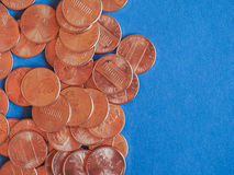 Moedas de um dólar do centavo, Estados Unidos sobre o azul Imagens de Stock Royalty Free