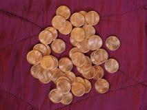 Moedas de um dólar do centavo, Estados Unidos sobre o veludo vermelho Fotos de Stock Royalty Free