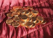Moedas de um dólar do centavo, Estados Unidos sobre o veludo vermelho Imagem de Stock Royalty Free
