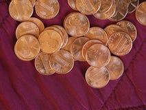 Moedas de um dólar do centavo, Estados Unidos sobre o veludo vermelho Fotografia de Stock Royalty Free