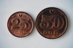 Moedas dinamarquesas - meia coroa e 1/4 de coroa imagens de stock royalty free
