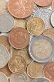 Moedas dispersadas da prata e de ouro Fotografia de Stock