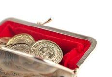 Moedas dispersadas da prata e de ouro na bolsa vermelha quente Imagem de Stock