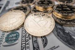Moedas do bitcoin em notas do dólar Fotografia de Stock Royalty Free