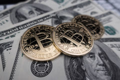 Moedas do bitcoin em notas do dólar Imagens de Stock