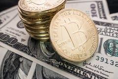 Moedas do bitcoin em notas do dólar Foto de Stock