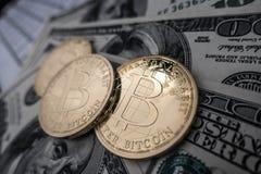Moedas do bitcoin em notas do dólar Fotos de Stock Royalty Free