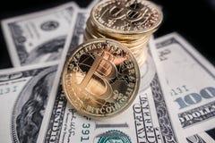 Moedas do bitcoin em notas do dólar Fotografia de Stock