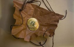 Moedas do bitcoin no papel amarrotado Foto de Stock
