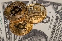Moedas do bitcoin do ouro e dólares americanos de papel imagem de stock
