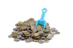 Moedas do conceito do dinheiro com pá Fotos de Stock