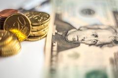 Moedas do dinheiro do dólar americano do Euro Fotos de Stock Royalty Free