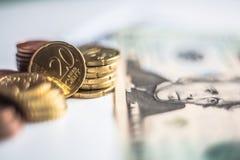Moedas do dinheiro do dólar americano do Euro Fotos de Stock