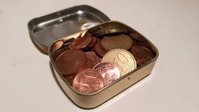 Moedas do dinheiro em uma caixa de aço Foto de Stock