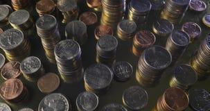 Moedas do dinheiro empilhadas no gerencio do ouro vídeos de arquivo