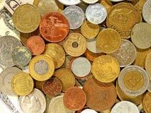 Moedas do dinheiro velho de países diferentes no fundo do dólar fotografia de stock royalty free
