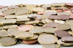Moedas do Euro espalhadas em um fundo branco Imagens de Stock Royalty Free