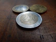 Moedas do Euro no fundo de madeira Foto de Stock